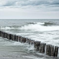 Obraz na PlexiLangzeitbelichtung von Wellen an Buhnen in der Ostsee