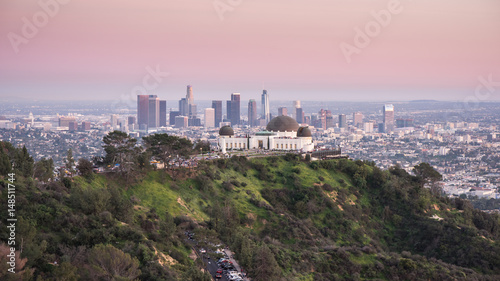 Photo  Griffith Observatory and Los Angeles city skyline at sunset