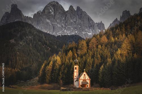 Poster Reflexion chiesa delle dolomiti, Trentino Alto Adige, Italy Tramonto a santa Magdalena