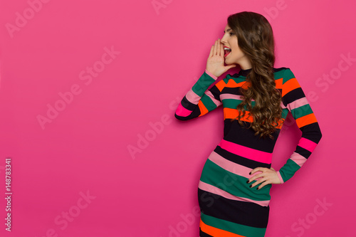 Láminas  Shouting Woman In Vibrant Colorful Striped Dress