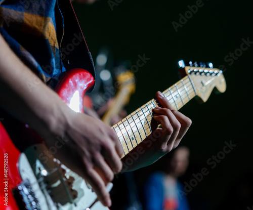 Fototapeta  Mani suonano chitarra elettrica, fuoco selettivo