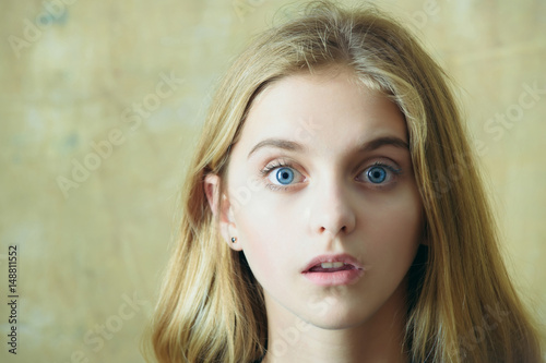 beautiful surprised girl on wall background Fototapet