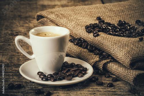 Deurstickers koffiebar Café expresso sur une vielle table en bois