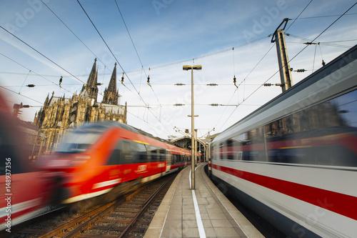 Plakat Pociągi jadą przez dworzec kolejowy w Kolonii