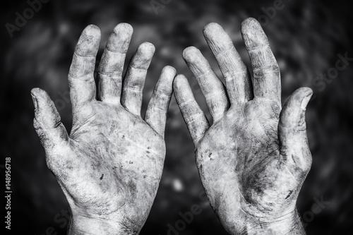 Fotografie, Obraz  Schmutzige bettelnde Hände