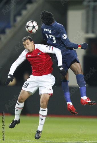 AZ Alkmaar's Hamdaoui fights for the ball with Arsenal's Song during