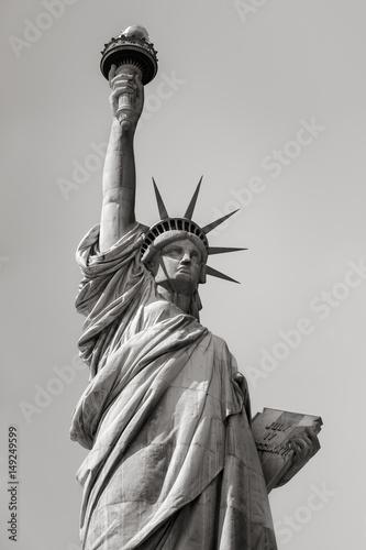 statua-wolnosci-w-czerni-i-bieli-wyspa-wolnosci
