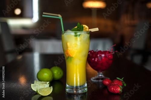 koktajl-owocowy-z-dwiema-slomkami-stojacy-na-barze