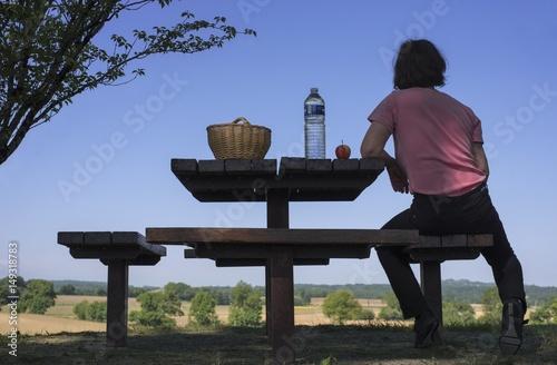 Photo femme sur une aire de repos