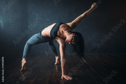 Tuinposter Dance School Contemp dancing female performer in dance class