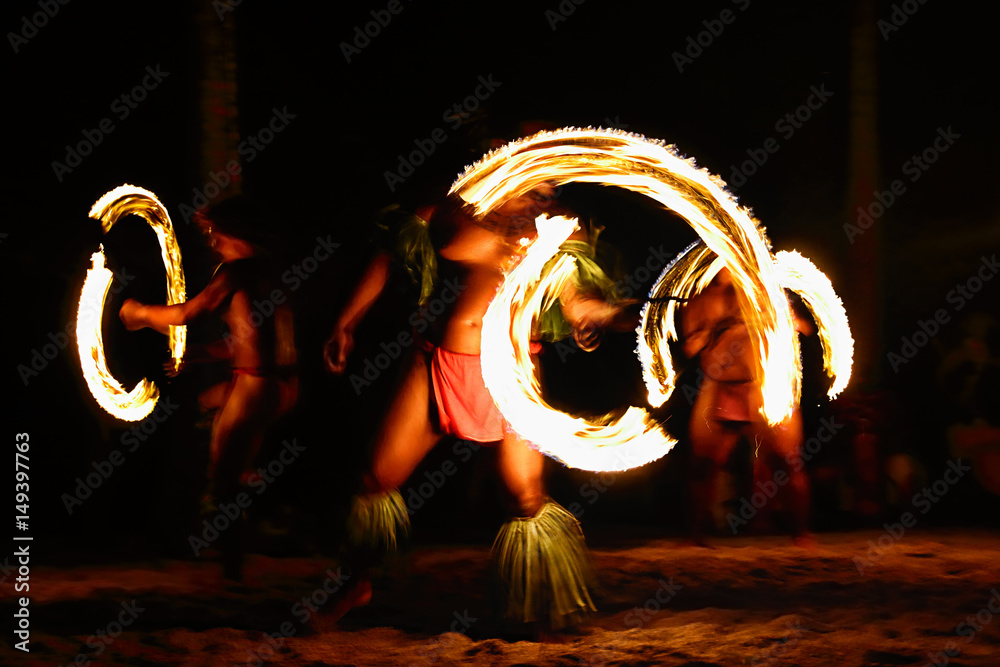 Fototapeta Fire dancers at Hawaii luau show, polynesian hula dance men jugging with fire torches.