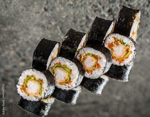 Cuadros en Lienzo Sushi roll with shrimp, lettuce and tobiko