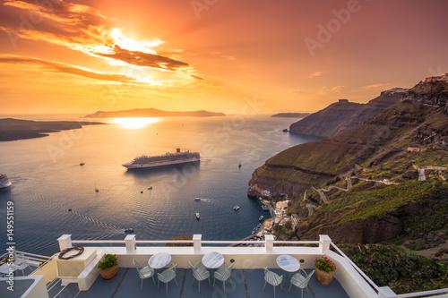 Fotografia  Amazing evening view of Fira, caldera, volcano of Santorini, Greece with cruise ships at sunset