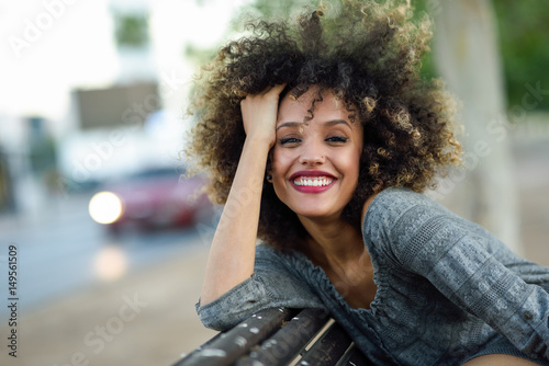 Young black woman with afro hairstyle smiling in urban background Canvas-taulu