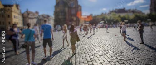 Zdjęcie XXL tłum ludzi chodzących po słonecznych ulicach