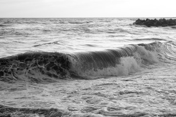 Panel Szklany Czarno-Biały Sea waves on sandy beach