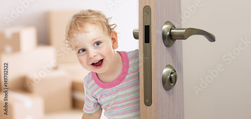 Valokuva happy kid behind door in new room