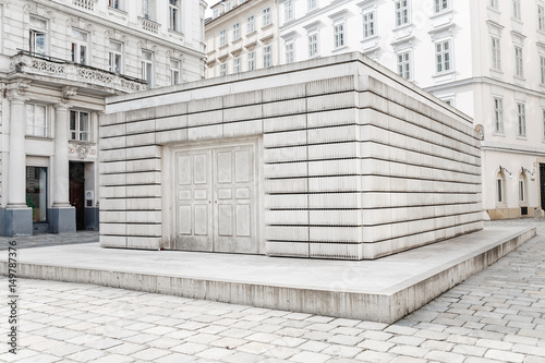 Fotografía The memorial to the victims of the Holocaust in Vienna symbolizes a closed libra