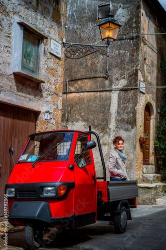 In de dag Aap Femme dans les rues de Pitigliano en Toscane