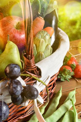 Plakat Owoc i warzywo w łozinowym koszu na stołowym vertical