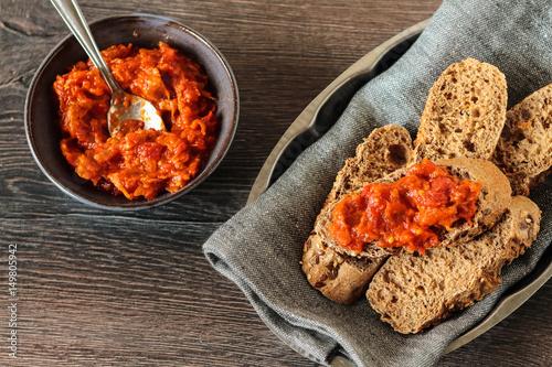 Plakat Misa z czerwoną papryką i dipem orzechowym podawana z chlebem