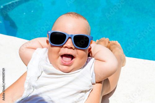 Zdjęcie XXL Mały chłopiec ma zabawy z matką w niebieskim basenie