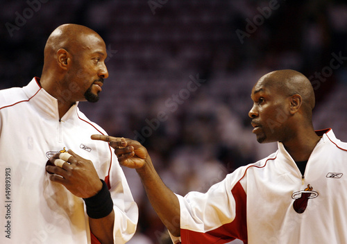 size 40 971e9 f160a Miami Heat center Alonzo Mourning and Gary Payton chat prior ...