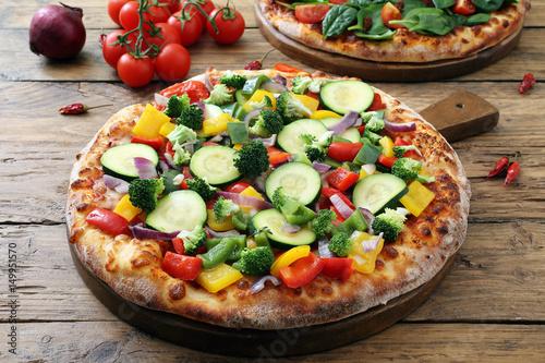 pizza vegetariana con verdure fresche su sfondo rustico