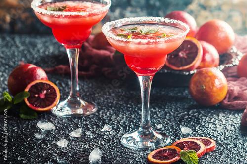 blood-orange-margarita-czerwony-drink-z-owocow-w-plytkich-kieliszkach