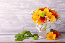 Wunderschöner Blumenstrauß Vor Holz