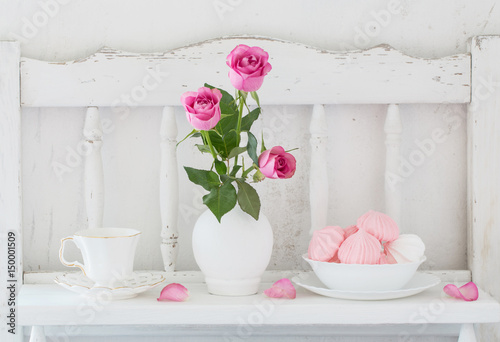 Foto-Tapete - pinc roses in vase and dinnerware on white wooden shelf (von Maya Kruchancova)