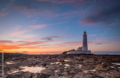 Foto auf AluDibond Leuchtturm Dusk at St Mary's Lighthouse / St Mary's Lighthouse on a small rocky Island, just north of Whitley Bay on the North East coast of England. A causeway submerged at high tide links to the mainland