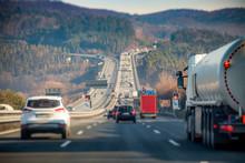 Autobahn Steigung Brücke Überholverbot Konzept Unschärfe