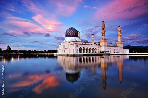 Pinturas sobre lienzo  Sunset scenery of Kota Kinabalu city Mosque, Sabah Borneo, Malaysia
