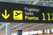 Hinweisschild zu den Gates am Flughafen