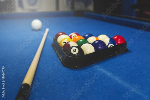 Plakat Kule bilardowe na niebieskim stole z bilardem, snooker, gra bilardowa.