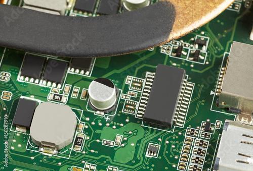 Zdjęcie XXL Różne elementy elektroniczne na zielonej płytce drukowanej