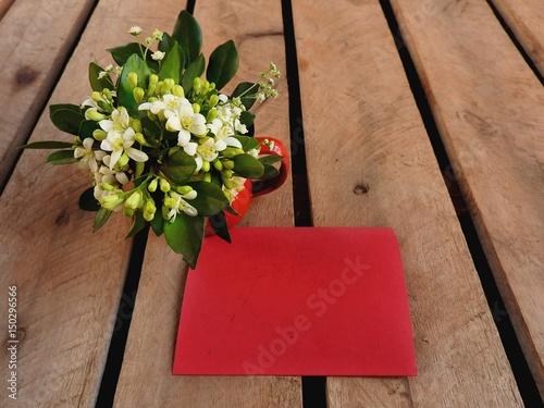 Papel de parede Cartão vermelho para recado sobre base de madeira rústica com buquê de jasmim br