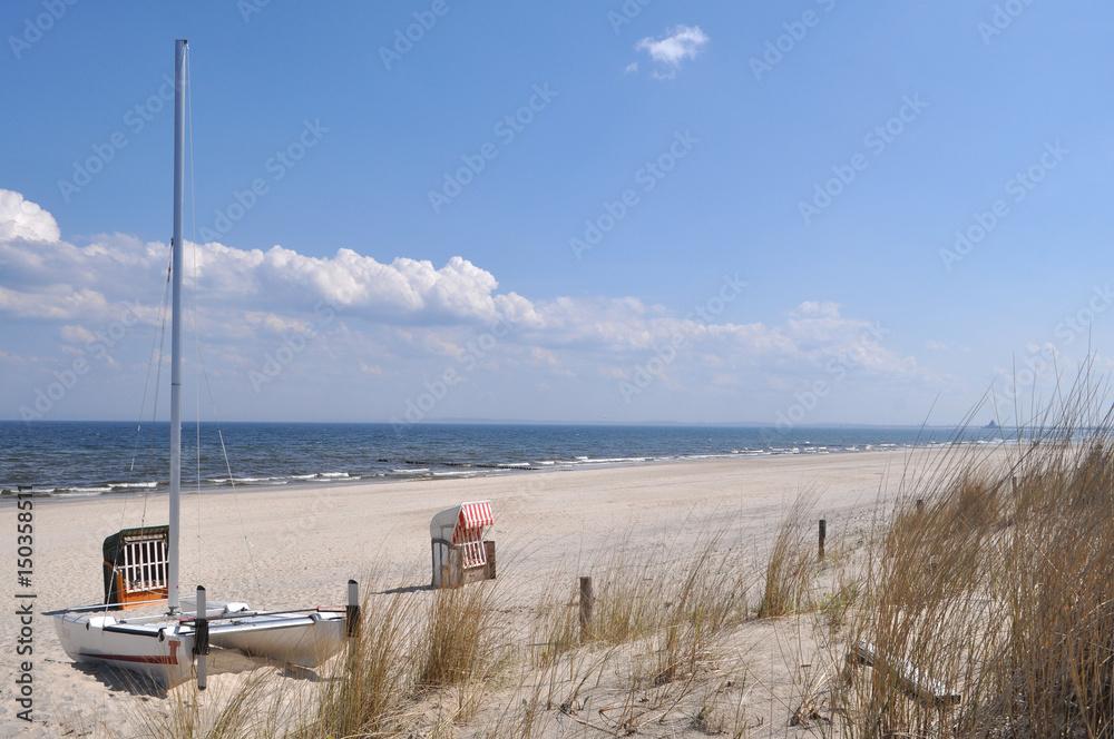 Katamaran und einzelner, rot-weiß gestreifter Strandkorb, Strand in ...