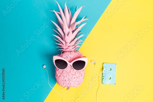 Papiers peints Magasin de musique Painted pineapple with sunglasses