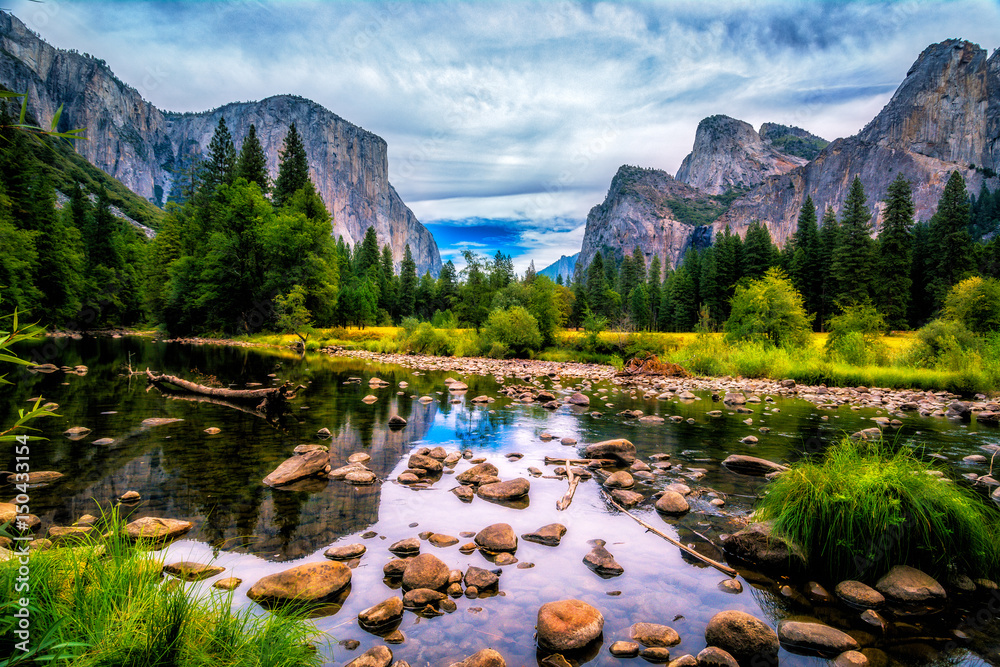 Cuadros en Lienzo Yosemite Valley View featuring El Capitan, Cathedral Rock and The Merced River