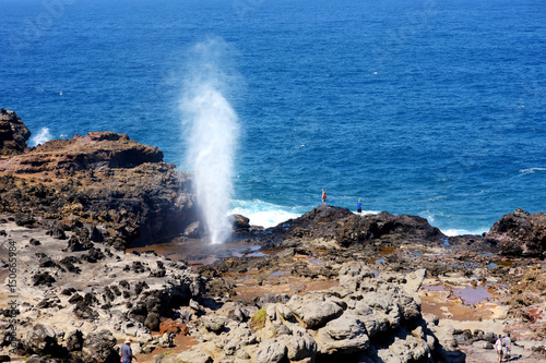 Tourists admiring the Nakalele blowhole on the Maui coastline Fototapet