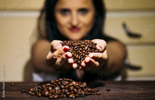 Salle de cafe Girl with coffee beans