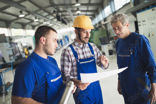 Fotografía  Supplier with engineer checking on production in factory