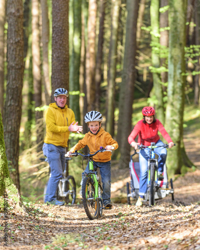 kleiner Junge hat Spass beim Radeln auf einem Waldpfad