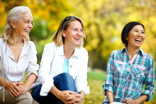 Fotografiet  Three mature ladies smiling