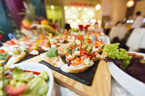 Zdjęcie XXL Pięknie udekorowany cateringowy stół bankietowy z różnymi przekąskami i przekąskami