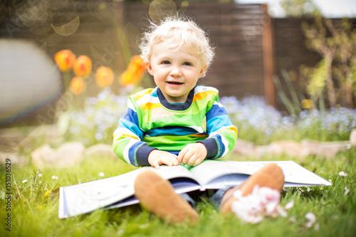 Foto  Freude beim Buch lesen