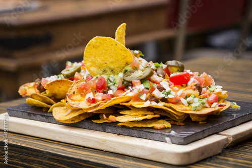 Fotografía  Plate of nachos flavored with vegetables of different flavors and textures