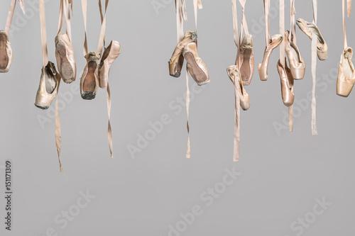 Hanging pointe shoes Fotobehang
